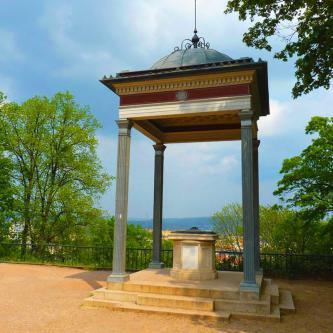 Slavnostní výzdoba pro svatební obřad vparku hradu Špilberk včetně instalace.