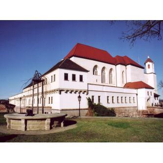 Svatební obřad v zahradách hradu Špilberk -jihovýchodní bastion, včetně slavnostní výzdoby.