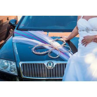 Dekorace na auto nevěsty či ženicha ve tvaru svatebních prstýnků.