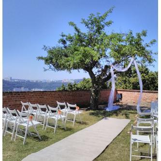 Krémovy svatební koberec o šířce 1,2 m a délce 10 m (dva kusy 5m koberců).