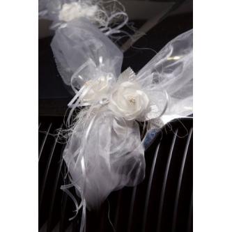 Dekorace na kapotu automobilu s motivem šerpa. Vyrobená z tylu, zdobená kvítky a zelenými lístky.