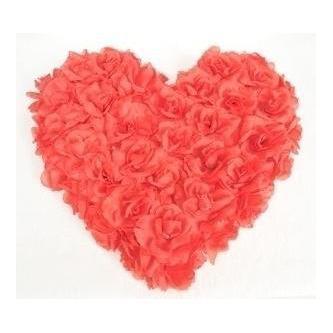 Dekorace na auto ve tvaru srdce z poupátek růží.
