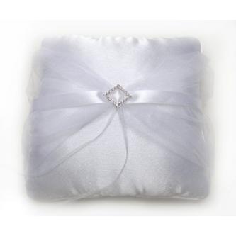 Saténový polštářek na prstýnky zdobený bílou tylovou dekorací s broží.
