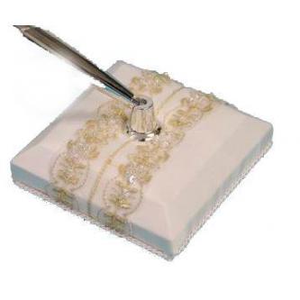 Elegantní stojan na pero a kovové pero v sestavě se svatební tématikou.