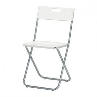 Skládací židle pro venkovní obřad.