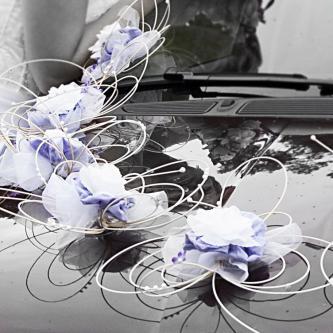 Dekorace na auto nevěsty. Květy se táhnou po celé délce auta.