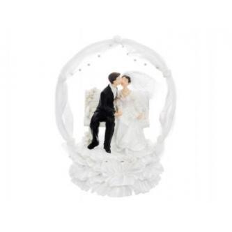 Figurky na svatební dort se zamilovanou dvojicí sedící na lavičce k zapůjčení, na podstavci, nad lavičkou zdobený oblouk, výška 18 cm. Kauce 260,- Kč