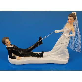 Figurky na svatební dort s nevěstou táhnoucí ženicha za nohu pomocí lasa, výška 13 cm.