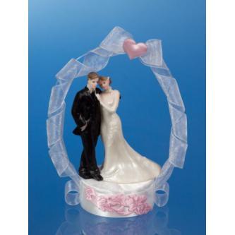 Figurky na svatební dort s obloukem a lemovaným stuhou a saténovým srdcem, výška 18 cm. Kauce 180 Kč