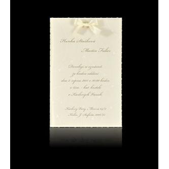 Krémové svatební oznámení, 110x170, na spodním perleťovo - krémovém papíře je nalepený průsvitný srdíčkový papír, saténová mašlička, hnědý tisk.