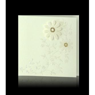 Otevírací čtvercové svatební oznámení, 135x135, krémový papír s perleťovým slepotiskem, nalepená perleťová kytička, zlatý tisk.