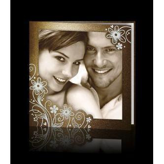 Otevírací svatební oznámení 135x135, v tónech zlatohnědé, s fotografií snoubenců.