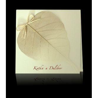 Otevírací čtvercové svatební oznámení, 140x140, krémový papír s přírodním listem a třpytkami, lýková mašlička, hnědý tisk.
