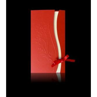 Červené otevírací svatební oznámení, 100x180, vložený tenký krémový papír, slepotisk s motivem květů, saténová mašlička, zlatá ražba.