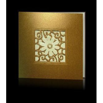 Vícedílné hnědozlaté svatební oznámení, 140x140, gravírovaný jemný motiv, perleťová kytička, zlatý tisk.