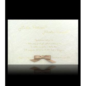 Otevírací svatební oznámení, 165x105, na pavučinkové tkanině nalepená saténová mašlička, uvnitř vložený bílý papír, zlatý tisk.
