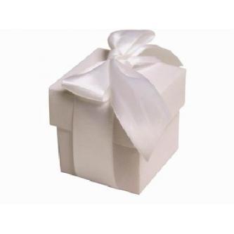 Dekorační papírová krabička na sladkosti či drobnosti. Velikost 6x6cm.