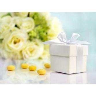 Dekorační papírová krabička na sladkosti či drobnosti. Velikost 5x5 cm.