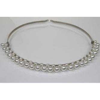 Svatební korunka zdobená bílými perlami s hřebínkem.